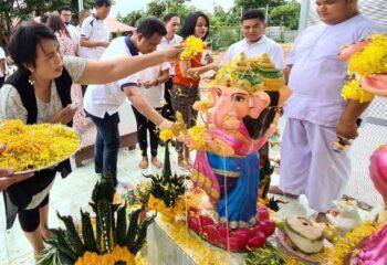 """หมู่บ้านวิสาหกิจชุมชนท้องถิ่น เรารักประเทศไทย เบิกเนตร """"พระพิฆเนศมหาเทพไอยรา"""" พร้อมด้วย """"พระศิวะและพระแม่อุมาเทวี"""" สร้างบุญเสริมบารมี"""